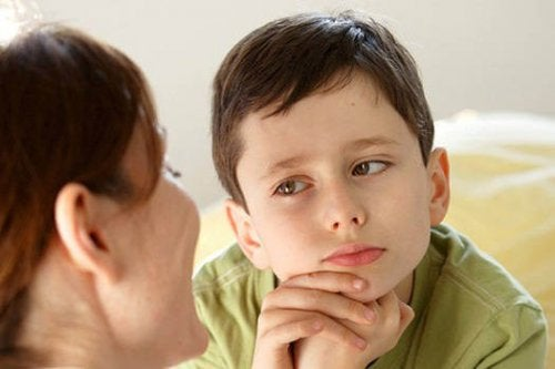 annesini dinleyen çocuk