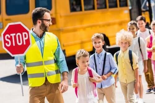Çocuklar dur işaretini öğreniyor