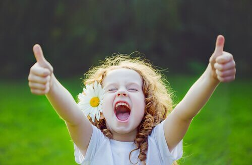 duygusal eğitim alan mutlu kız