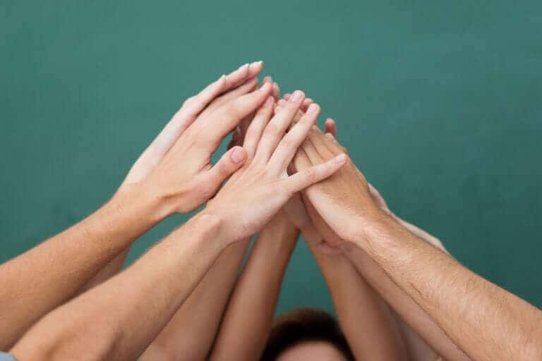Havada ellerini birleştiren gençler