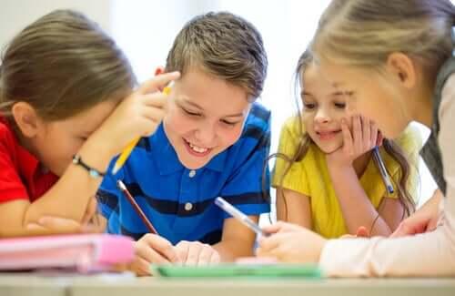 Grup halinde yazan çocuklar