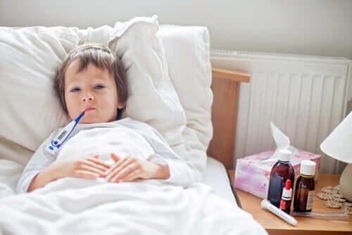 Hasta çocuk yatakta yatıyor