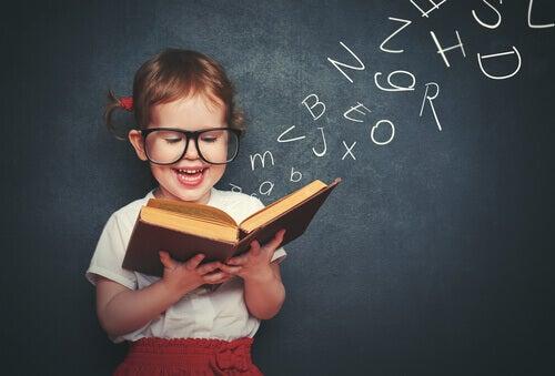 Okuduğu kitabın içinden harfler çıkan küçük kız