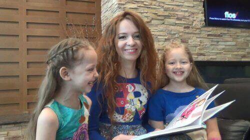 Evde kızlara kitap okuyan kadın