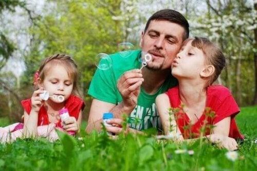 köpükle oynayan baba ve kız