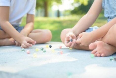 Boş zaman eğitimi ve oyun oynayan çocuklar