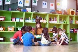Okulda pedagog ve çocuklar