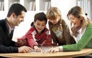 Oyun oynayan bir aile