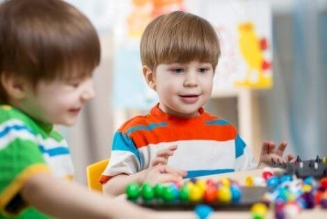 Oyun merkezleri ve oyun oynayan çocuklar