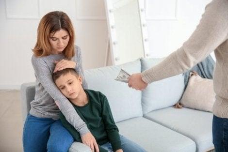 Annesinin avuttuğu çocuğa para uzatan baba