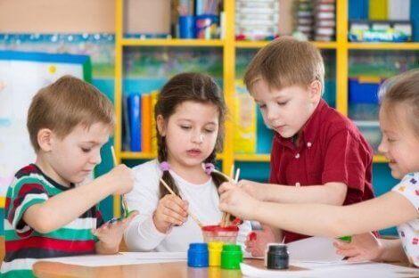 Oyun merkezinde resim yapan çocuklar