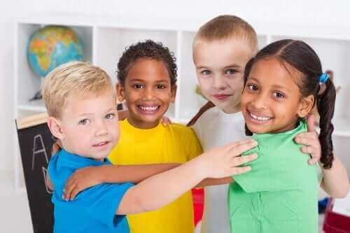 sınıfta sarılan çocuklar