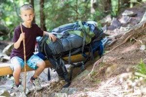 Sırt çantası olan çocuk