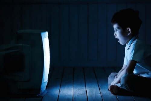 Ekrana Uzun Süre Bakmak Çocuğumuzu Nasıl Etkiler?