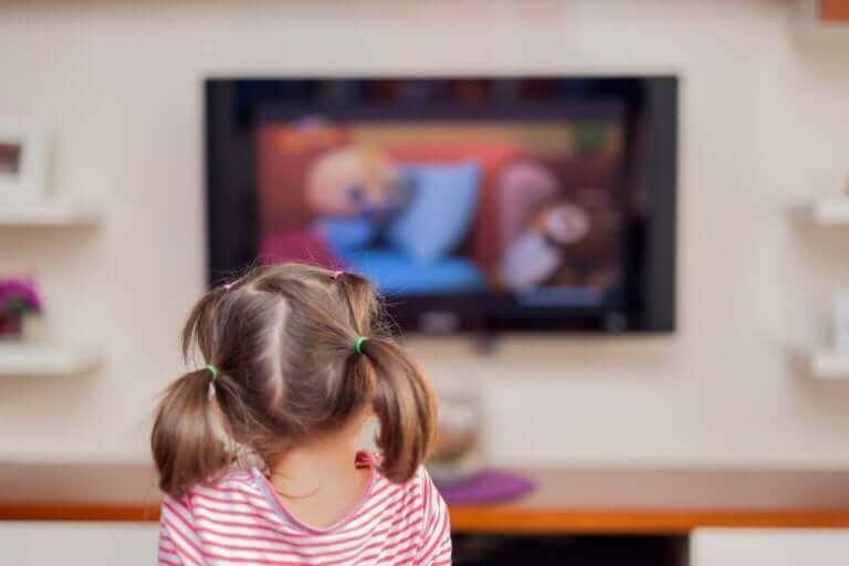 Salonda televizyon izleyen kız