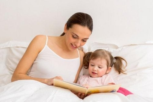 Annesi ile sesli kitap okuyan kız