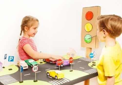 Yol eğitimi oynayan çocuklar