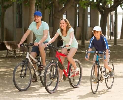 Anne baba ve çocuk bisiklete biniyor