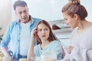 Anne ve baba çocuklarıyla dürüstlük konusunu konuşuyor