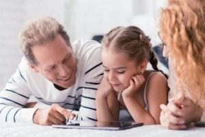 Anne ve baba kızlarının eğitimine yardım ediyor