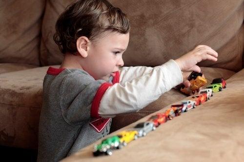 Oyun oynayan dezintegratif bozukluğu olan çocuk