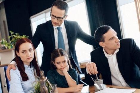 Avukatın odasında mutsuz aile