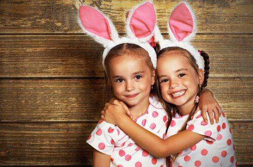 tavşan kıyafeti giymiş kızlar