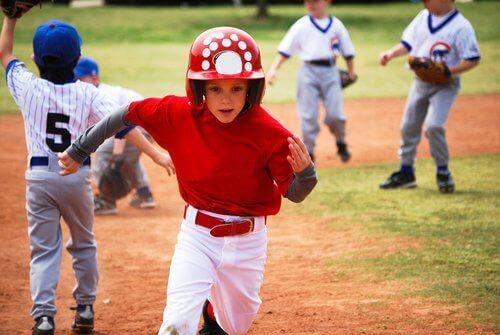 Sahada beyzbol oynayan çocuklar