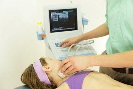Ultrasonla boğazına bakılan kız