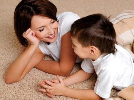 çocuğuyla konuşan anne