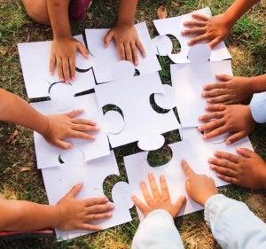 Çocuklar birlikte puzzle yapıyor