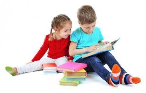 İki çocuk kitapları inceliyor