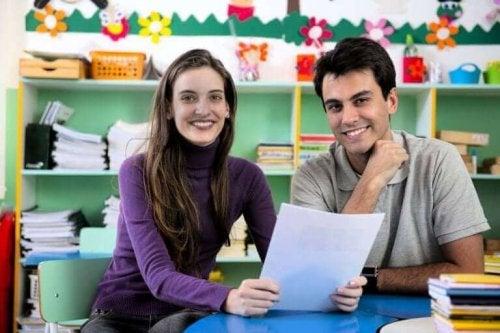 sınıfta bir öğretmen ve baba konuşuor