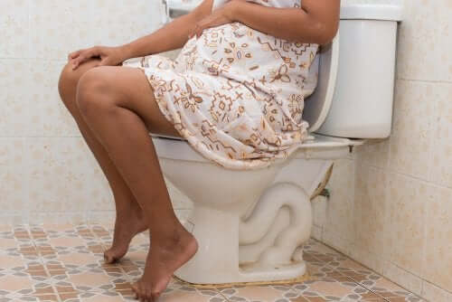 Hemoroid sorunu yaşayan hamile kadın