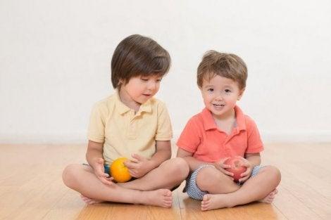 Ellerinde meyveler tutan çocuklar