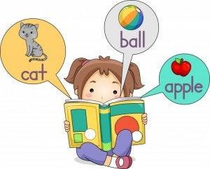 İngilizce kitap okuyan çocuk