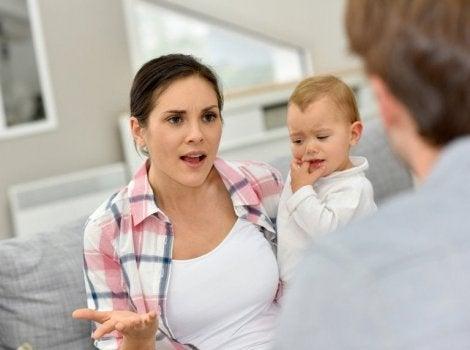 Bebeği kucağında kavga eden anne
