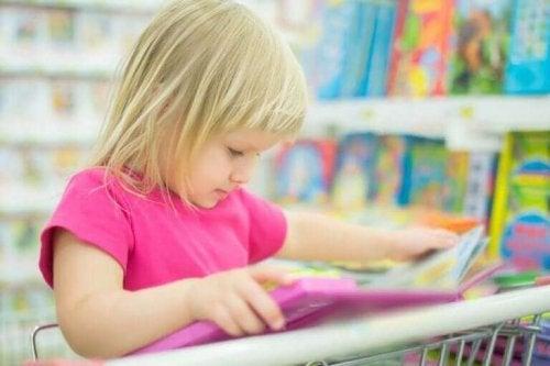 Küçük kız kitap okuyor