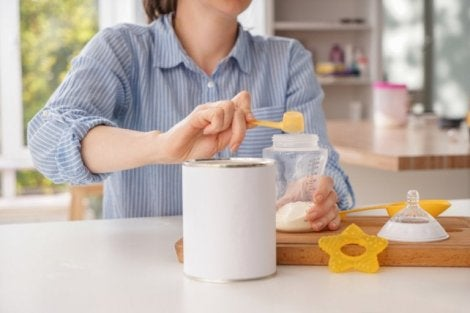 Mama sütü hazırlayan anne