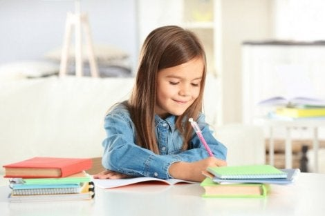 Şema yaparak ders çalışan kız