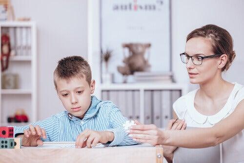 Annesiyle masada yapboz yapan çocuk