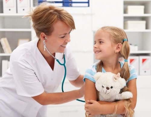 ayısına sarılmış kız doktor muayenesinde