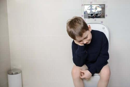 tuvalette oturan çocuk