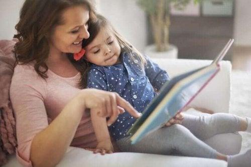 kızıyla beraber kitap okuyan anne