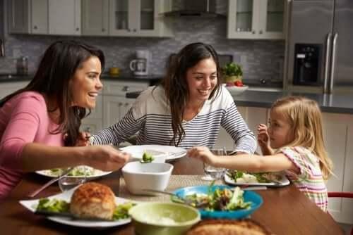 Sofrada ailece yemek yemek