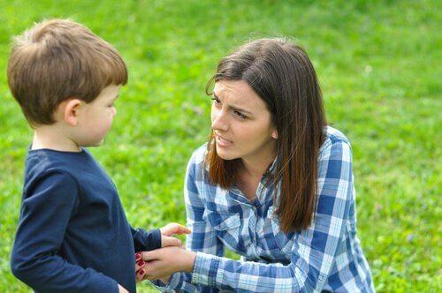 annesiyle konuşan çocuk