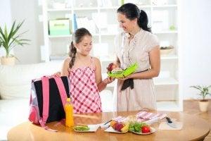 Anne ve kız beslenme çantası hazırlıyor