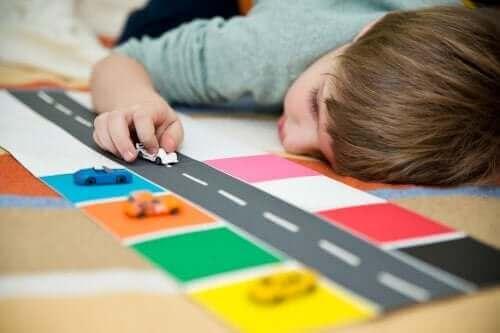 Oyun halısında araba süren çocuk