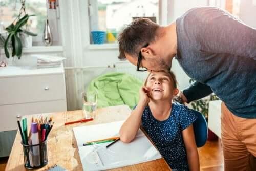 kızının alnını öpen baba