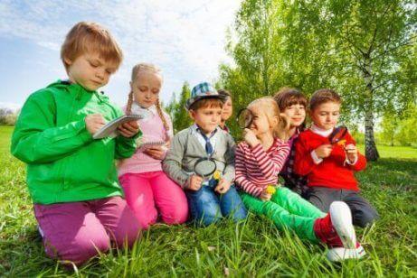 bahçede oynayan çocuklar